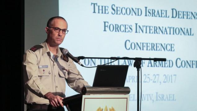 النجعي العام العسمكري العميد شارون أفيك يتحدث خلال مؤتمر حول قانون الصراع المسلح، في ضواحي تل أبيب، 25 أبريل، 2017. (Roy Alima/Flash90)