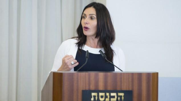 وزير الثقافة ميري ريغيف تلقي كلمة خلال مراسم في الكنيست لتكريم مضيئي  الشعلة في يوم الإستقلال ال69 لدولة إسرائيل في جبل هرتسل، 26 أبريل، 2017.(Yonatan Sindel/Flash90)
