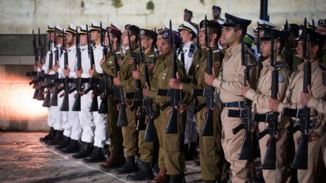 جنود إسرائيليون يشاركون في مراسم 'يوم الذكرى' عند الحائط الغربي، أكثر المواقع اليهودية قداسة، في البلدة القديمة في القدس، 30 أبريل، 2017، في اليوم الذي تححيي فيه إسرائيل ذكرى جنودها القتلى.(Hadas Parush/Flash90)