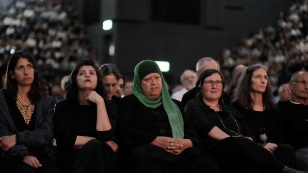 فلسطينيون وإسرائيليون يشاركون في المراسم التذكارية لضحايا الصراع الإسرائيلي-الفلسطيني في تل أبيب، 30 أبريل، 20017،  في اليوم الذي تحيي فيه إسرائيل يوم ذكرى القتلى من جنودها والمدنيين ضحايا الهجمات. (Tomer Neuberg/Flash90)