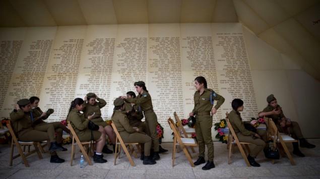 """جنديات إسرائيليات تستعدن لمراسم إحياء يوم الذكرى للجنود القتلى وضحايا التجمات، في نصب """"ياد لبانيم"""" التذكاري في القدس، 30 أبريل، 2017. (Yonatan Sindel/Flash90)"""