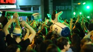 """إسرائيليون يحتفلون ب""""يوم الإستقلال"""" ال69 لدولة إسرائيل وسط مدينة القدس، 1 مايو، 2017. (Mendy Hechtman/Flash90)"""