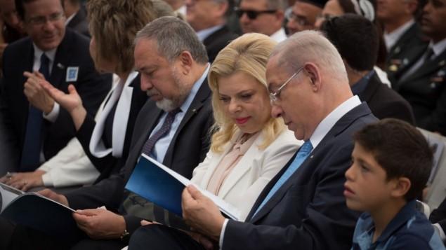 رئيس الوزراء بنيامين نتنياهو وزوجته سارة خلال حفل في منزل الرئيس في القدس، 2 مايو 2017 (Hadas Parush/Flash90)
