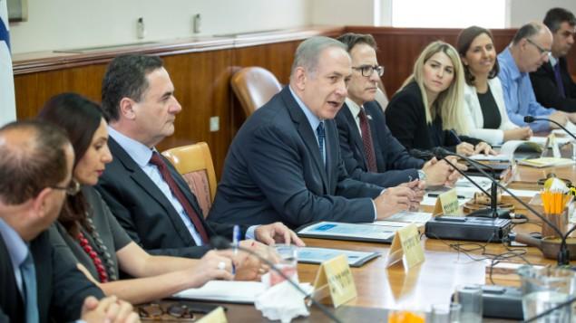 رئيس الوزراء بينيامين نتنياهو يترأس جلسة الحكومة الأسبوعية في ديوان رئيس الوزراء في القدس، 3 مايو، 2017. (Emil Salman/POOL)