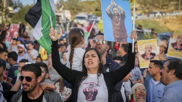 فلسطينيون يتظاهرون دعما للاسرى الفلسطينيين المضربين عن الطعام في مدينة رام الله في الضفة الغربية، 3 مايو 2017 (Flash90)