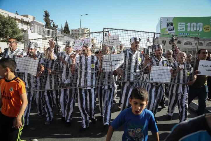 فلسطينيون يشاركون في تظاهرة تضامنا مع الأسرى الفلسطينيين المضربين عن الطعام في السجون الإسرائيلية، في الضفة الغربية في بيت لحم، 4 مايو، 2017. (Flash90)