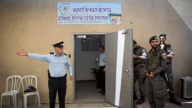 عناصر شرطة يشاركون في مراسم افتتاح قسم شرطة جديد في مخيم شعفاط في القدس الشرقية، 7 مايو، 2017. (Hadas Parush/Flash90)