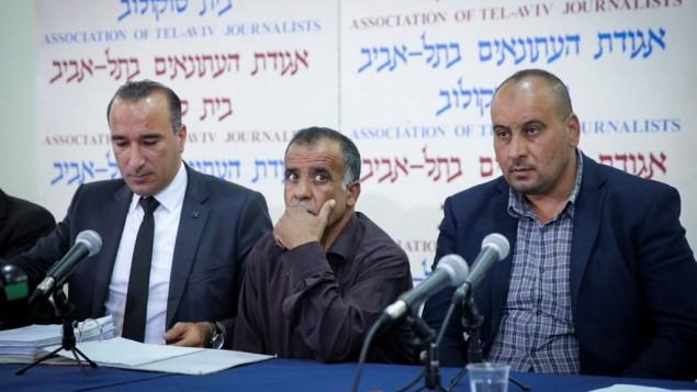 أفراد عائلة دوابشة يتحدثون في مؤتمر صحفي عُقد في تل أبيب للإعلان عن قرار العائلة برفع دعوى ضد دولة إسرائيل في 8 مايو، 2017. (Flash90)