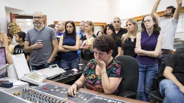 موظفو الإذاعة الإسرائيلية خلال البث الأخير في 10 مايو، 2017. (Noam Revkin Fentonr/Flash90)