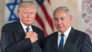 الرئيس الأمريكي دونالد ترامب ورئيس الوزراء بينيامين نتنياهو بعد إلقائهما تصريحات أخيرة في 'متحف إسرائيل' في القدس، 23 مايو، 2017.(Yonatan Sindel/Flash90)