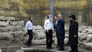 رئيس الوزراء بنيامين نتنياهو في انفاق الحائط الغربي في القدس قبل بدء الجلسة الاسبوعية للحكومة في الموقع بمناسبة الذكرى الخمسين ليوم القدس، 28 مايو 2017 (Kobi Gideon/GPO)