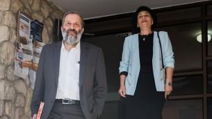 وزير الداخلية ارييه درعي وزوجته يافا يغادران منزلهما في القدس، 29 مايو 2017 (Yonatan Sindel/Flash90)