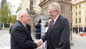 الرئيس رؤوفن ريفلين يضافح الرئيس التشيكي ميلوش زيمان خلال زيارة الى براغ (Mark Neyman/GPO)