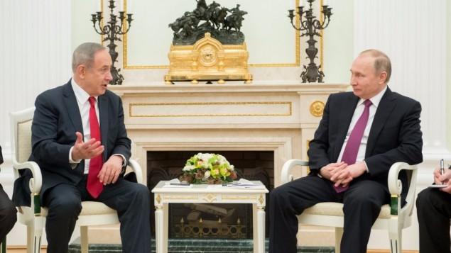 رئيس الوزراء بنيامين نتنياهو يتحدث مع  الرئيس الروسي فلاديمير بوتين خلال لقائهما في موسكو، 9 مارس 2017. (السفارة الإسرائيلية في موسكو)