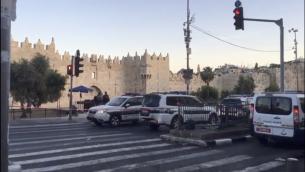 الشرطة تغلق منطقة باب العامود بعد محاولة تنفيذ هجوم طعن في القدس، 7 مايو 2017 (Screen capture)