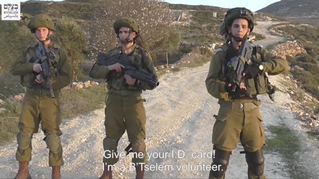 جنود اسرائيليون صورهم ناشط فلسطيني في منظمة بتسيلم الحقوقية، فبراير 2017 (Screen capture: B'Tselem)