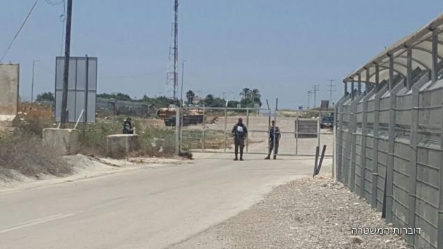عناصر شرطة الحدود في حاجز تم اعتقال مراهق فلسطيني فيه بعد محاولته ادخال قنابل انبوبية الى محكمة عسكرية بالقرب من نابلس، 10 مايو 2017 (Police spokesperson)