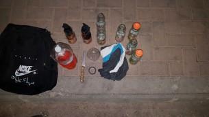مكونات زجاجات حارقة تم العثور عليها داخل حقيبة مراهقان من القدس الشرقية تم اعتقالهما في جبل المكبر، مايو 2017 (Israel Police)