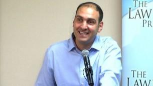 المحامي هرئيل ارنون خلال مؤتمر حول التواجد الإسرائيلي في الضفة الغربية، في نيويورك، 12 اغسطس 2014 (Screen capture/YouTube)