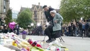 ريني بلاك وصادق باتل يصليان على أرواح ضحايا هجوم مانشستر، 24 مايو، 2017. (YouTube screenshot)