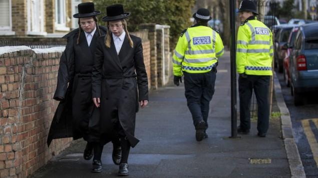 صورة للتوضيح: رجلان يهوديان متدينان يسيران في شارع في منطقة ستامفورد هيل في لندن، 17 يناير، 2015. (Rob Stothard/Getty Images via JTA)