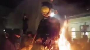 يهود حاريديم يحرقون دمية على شكل جندي إسرائيل خلال احتفالات لاغ بعومور في حي مئة شعاريم في القدس، 14 مايون، 2017. (Screen capture: Chaim Goldberg/Channel 2)