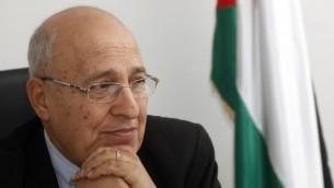 نبيل شعث، مفوض العلاقات الخارجية لحركة فتح، في مكتبه في مدينة رام الله بالضفة الغربية، 18 يناير، 2012. (Miriam Alster/Flash90)