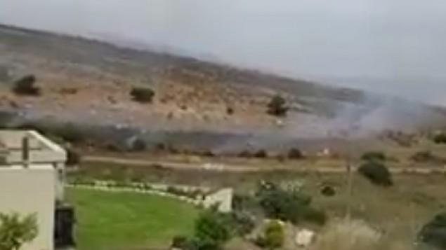 الدخان يتصاعد من حقل الغام اشعله انصارتنظيم حزب الله بمحاذاة الحدود الإسرائيلية اللبنانية، 25 مايو 2017 (Screenshot)