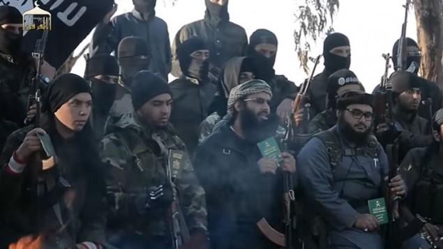 لقطة شاشة من فيديو دعائي لتنظيم داعش، يظهر فيه مقاتلون يدعون المسلمين إلى التخلي عن جوازات سفرهم الأجنبية والإنضمام إلى التنظيم الإرهابي. (YouTube)