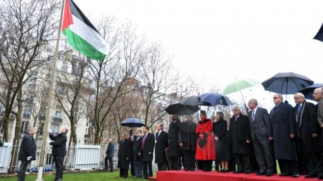 رفع العلم الفلسطيني خارج مقر منظمة الأمم المتحدة للتربية والعلوم والثقافة (اليونسكو) في باريس، في مراسيم رسمية للإحتفال بالقبول الكامل لفلسطين في المنظمة كالعضو رقم 195، في ديسمبر 2011. (UN/UNESCO/Danica Bijeljac)