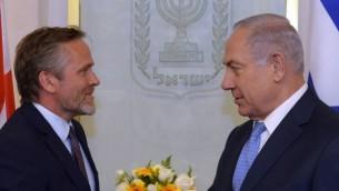 وزير الخارجية الدنماركي أندرس صامويلسن (من اليسار) خلال لقاء في القدس مع رئيس الوزراء بينيامين نتنياهو، 17 مايو، 2017. (Haim Zach/GPO)