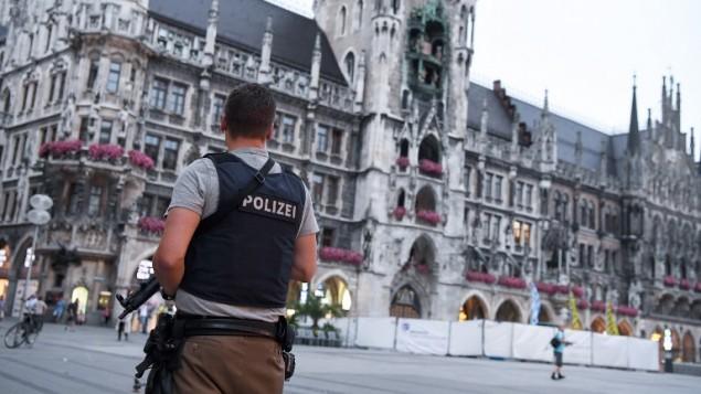 صورة توضيحية لشرطي الماني يحرس في ساحة مارينبلاتس في ميونيخ، جنوب المانيا، 22 يوليو 2016 (AFP Photo/dpa/Sven Hoppe)