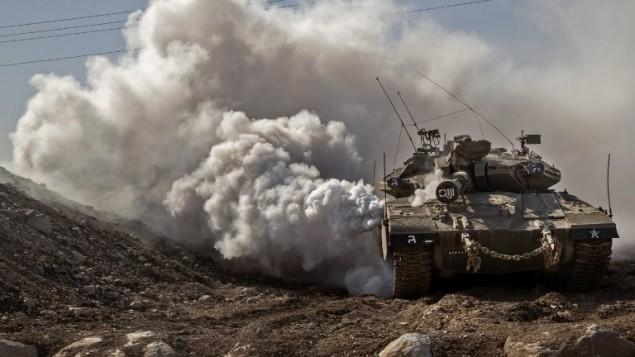دبابة 'مركافاه' إسرائيلية على الحدود الإسرائيلية مع سوريا في هضبة الجولان، 28 نوفمبر، 2016.  (AFP PHOTO/JACK GUEZ)
