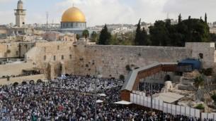 مصلون يهود خلال الحتفال السنوي ببركة الكهنة عند الحائط الغربي في البلدة القديمة في القدس، 19 أكتوبر، 2016. (AFP/Gil Cohen-Magen)