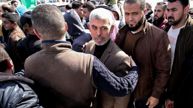 يحيى السنوار (وسط الصورة)، القائد الجديد لحركة حماس في قطاع غزة، يصل لحضور مراسم افتتاح مسجد جديد في رفع جنوب قطاع غزة، 24 فبراير، 2017. (AFP/Said Khatib)