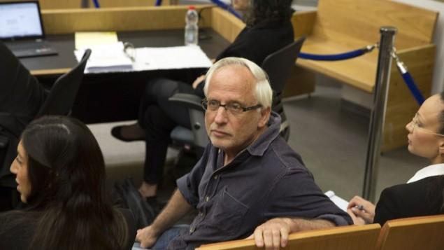 الصحافي الإسرائيلي ييغال سارنا خلال جلسة في محكمة الصلح في تل أبيب، 14 مارس، 2017.(AFP Photo/Pool/Heidi Levine)