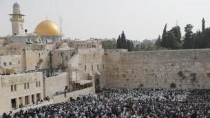 يهود يشاركون في بركة الكهنة في الحائط الغربي في القدس القديمة خلال عيد الفصح، 13 ابريل 2017 (AFP Photo/Thomas Coex)