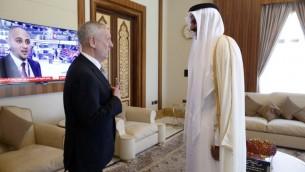 امير قطع الشيخ تميم بن حمد الثاني يرحب بوزير الدفاع الامريكي جيمس ماتيس في قصر الامير البحري في الدوحة، 22 ابريل 2017 (AFP Photo/Pool/Jonathan Ernst)