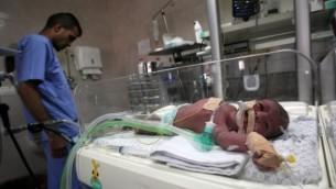 طفل حديث الولادة داخل حاضنة في وحدة العناية المركزة لحديثي الولادة في مستشفى الشفاء في مدينة غزة، 23 أبريل، 2017. (Said Khatib/AFP)
