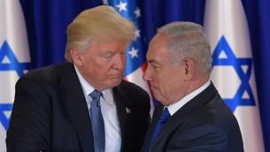 الرئيس الأمريكي دونالد ترامب ورئيس الوزراء الإسرائيلي بنيامين نتنياهو بعد المؤتمر الصحفي و التوجه الى العشاء الرسمي في القدس، 22 مايو 2017 (AFP/Mandel Ngan)