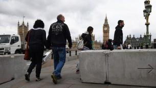 حاجز امني اسمنتي يفصل بين الشارع والرصيف في جسر ويستمنستر في لندن، 5 يونيو 2017 (AFP Photo/Justin Tallis)
