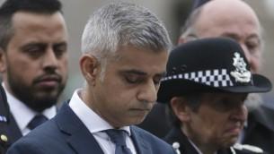 رئيس بلدية لندن صادق خان خلال لحظة صمت لضحايا اعتداء ارهابي في لندن، 5 يونيو 2017 (DANIEL LEAL-OLIVAS / AFP)