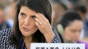 السفيرة الأمريكية لدى الأمم المتحدة نيكي هالي قبل إلقائها كلمة خلال جلسة لمجلس حقوق الإنسان التابع للأمم المتحدة في 6 يونيو، 2017 في جنيف. (AFP PHOTO / Fabrice COFFRINI)