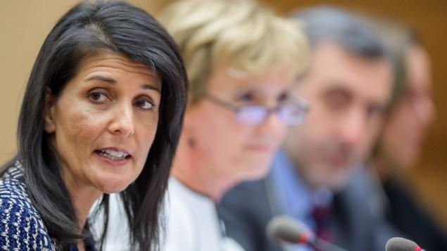 السفيرة الأمريكية لدى الأمم المتحدة نيكي هالي (من اليسار) تشارك في جلسة تحت عنوان 'حقوق الإسنان والديمقراطية في فنزويلا' على هامش دورة مجلس حقوق الإنسان التابع للأمم المتحدة في 6 يونيو، 2017 في جنيف. (AFP/Fabrice Coffrini)