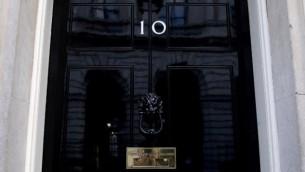 الباب في شارع 'داونينغ 10'، مقر الإقامة الرسمي لرئيسة الوزراء البريطانية تيريزا ماي، في وسط لندن، 7 يونيو، 2017، عشية الإنتخابات التشريعية في بريطانيا. (AFP PHOTO / Justin TALLIS)