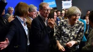 رئيس الوزراء البريطانية وزعيمة حزب المحافظين تيريزا ماي، من اليمين، وزوجها فيليب، وسط الصورة، بعد حدث إنتخابي في نورويتش، شرق إنجلترا، 7 يونيو، 2017. (AFP Photo/Pool/Ben Stansall)