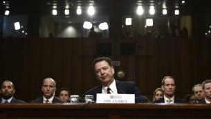 المدير السابق لمكتب التحقيقات الفدرالي (اف بي آي) جيمس كومي يدلي بشهادة امام لجنة الاستخبارات في مجلس الشيوخ الامريكي في واشنطن، 8 يونيو 2017 (AFP/Brendan Smialowski)