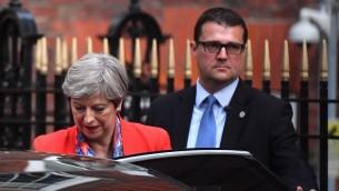رئيسة الوزراء البريطانية تيريزا ماي تغادر مقر حزب الحافظين في لندن، 9 يونيو 2017 (AFP PHOTO / Ben STANSALL)