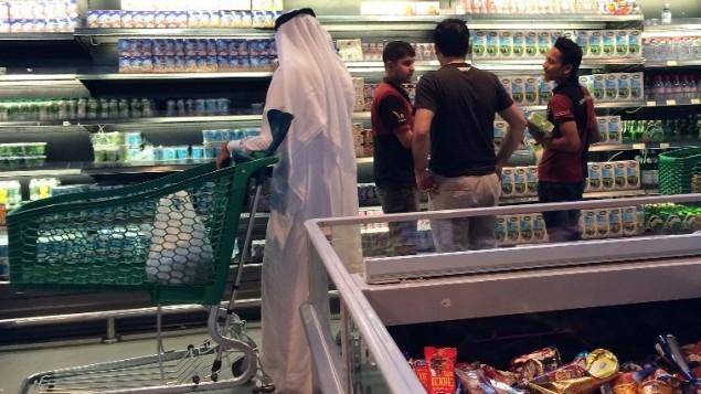 اشخاص ينتظرون شراء الطعام في متجر في الدوحة، 10 يونيو 2017 (AFP/STRINGER)