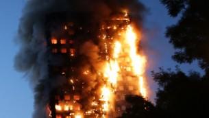 النيران تجتاح برج 'غرينفل' السكني في 14 يونيو، 2017 في غرب لندن. (AFP PHOTO / Daniel LEAL-OLIVAS)